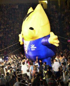 Barcelona 25-7-02-. Cobi, la mascota de Barcelona ´92, pasea por el estadio Olímpico de Montjuich durante la ceremonia de conmemoración del X aniversario de los Juegos Olímpicos de Barcelona. EFE/TONI GARRIGA/MK.